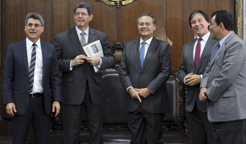 O presidente do Senado, Renan Calheiros (PMDB-AL), se reúne com o ministro da Fazenda, Joaquim Levy, para discutir uma proposta alternativa para a questão da correção do Imposto de Renda na fonte.  (E/D): senador Romero Jucá (PMDB-RR); ministro da Faz
