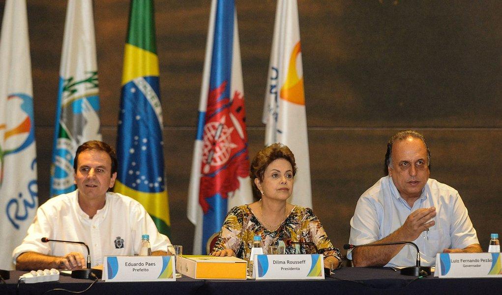 Presidenta Dilma Rousseff, o governador Luiz Fernando Pezão, o prefeito Eduardo Paes, e o presidente do Comitê Organizador dos Jogos Olímpicos Rio 2016, Carlos Nuzmann, durante reunião (Fernando Frazão/Agência Brasil)