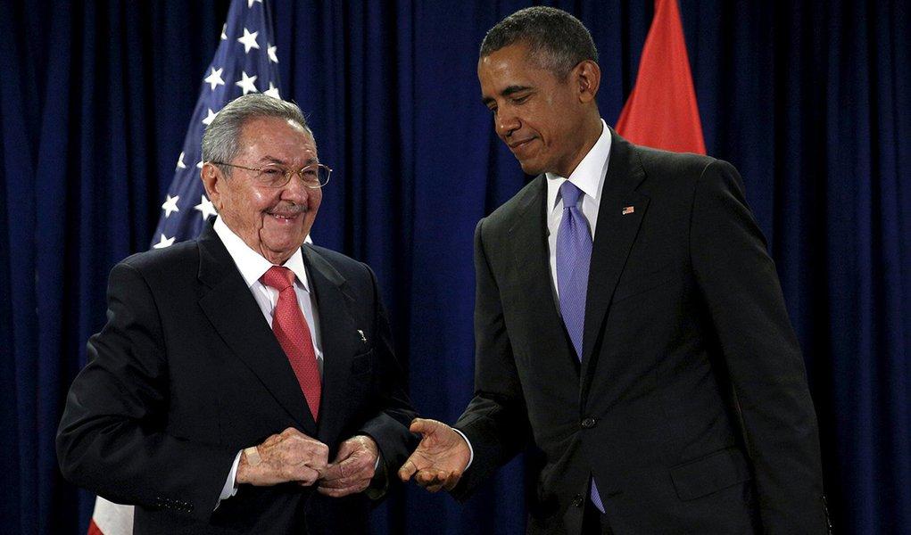 Presidente dos EUA, Barack Obama, e presidente de Cuba, Raúl Castro, durante encontro na ONU. 29/09/2015 REUTERS/Kevin Lamarque