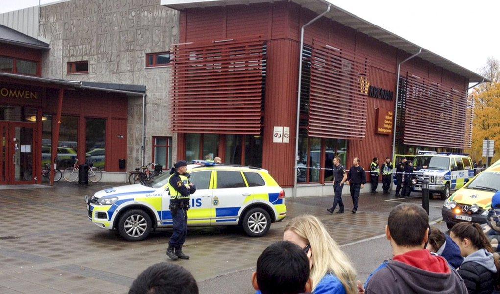 Polícia isolando área onde homem mascarado atacou pessoas, em Trollhattan, na Suécia. 22/10/2015 REUTERS/Stig Hedstrom/TT News Agency