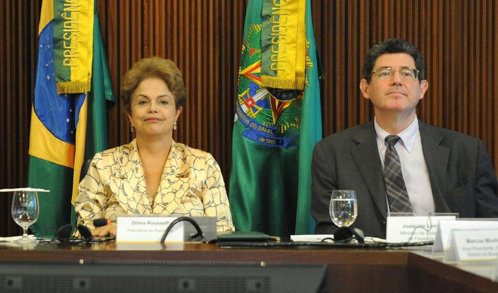 Presidenta Dilma Rousseff e os ministros Aloizio Mercadante (Casa Civil) e Joaquim Levy (Fazenda), recebem o presidente da Anfavea, Luiz Moan Yabiku Junio, e dirigentes das empresas associadas (José Cruz/Agência Brasil)