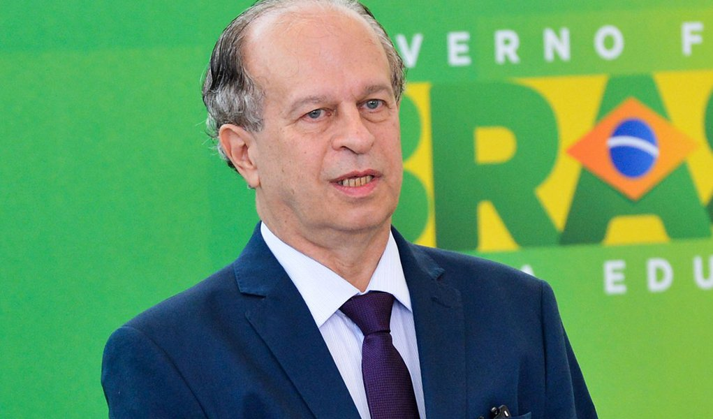 A presidenta Dilma Rousseff dá posse ao novo ministro da Educação, Renato Janine Ribeiro (Antonio Cruz/Agência Brasil)