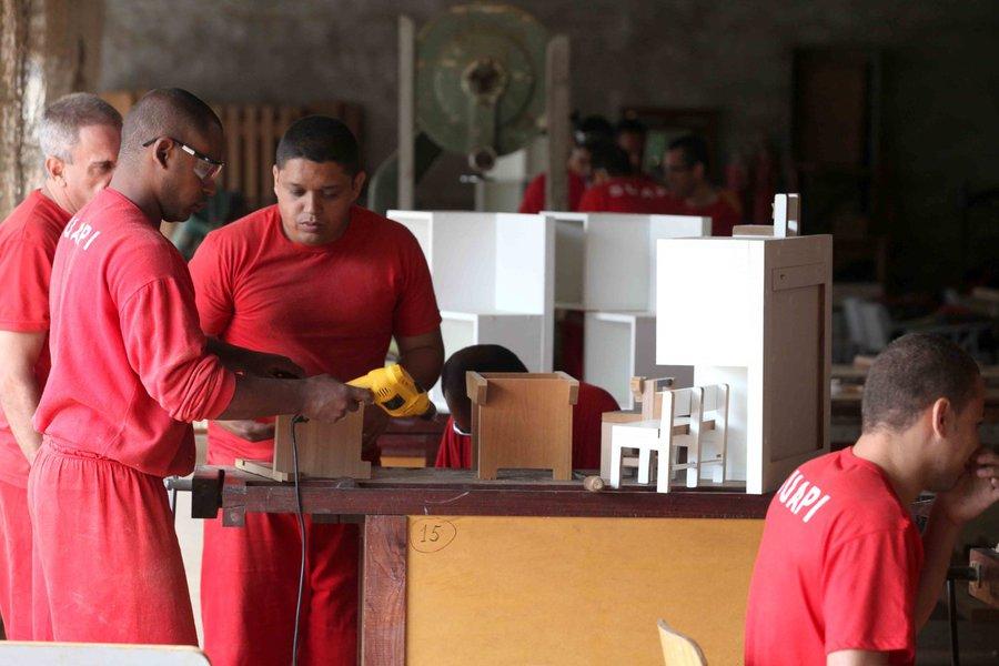 17/11/2015 - Foto Marcelo Sant Anna : Penitenciaria de Juiz de Fora. Presidio José Edson Cavlieria : construção de anexo , oficina de marcenaria .