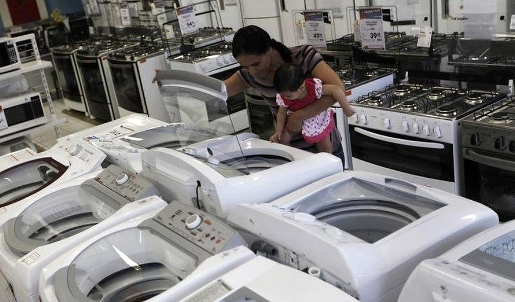 Vendas no varejo brasileiro caem 0,9% em agosto e setor caminha para pior ano desde 2003