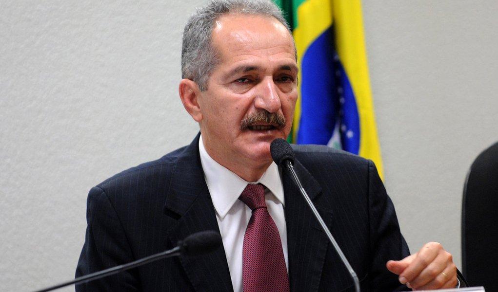 Bras�lia - O ministro do Esporte, Aldo Rebelo, participa de audi�ncia p�blica na Comiss�o de Educa��o, Cultura e Esporte do Senado, para discutir os preparativos para a Copa das Confedera��es, em 2013, e para a Copa do Mundo FIFA Brasil 2014