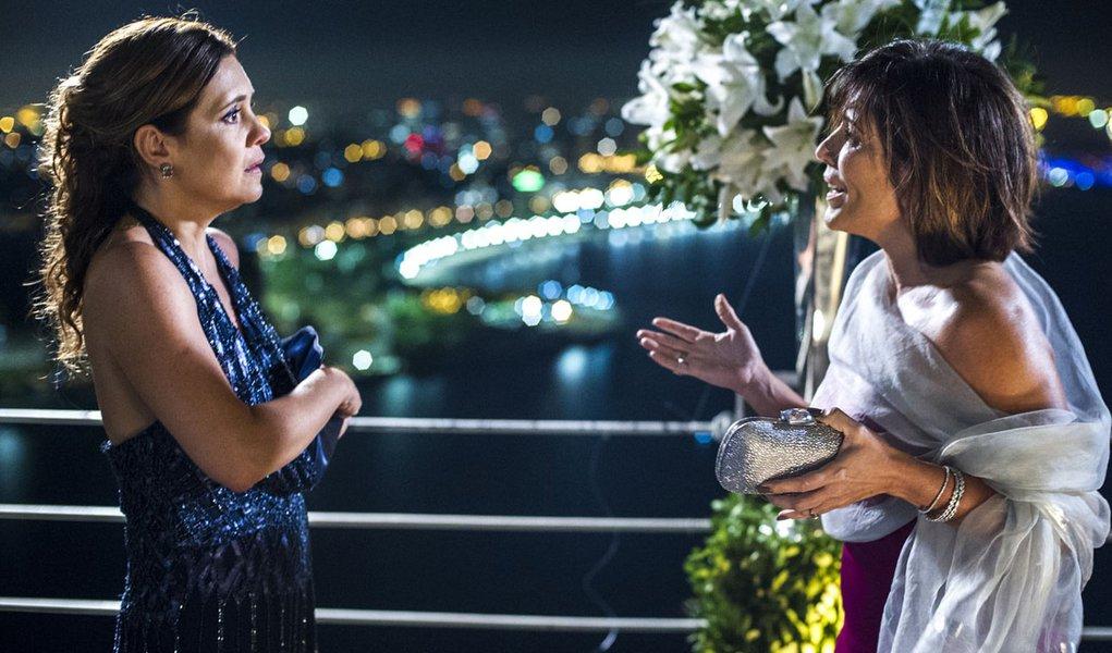 Inês ( Adriana Esteves ) e Beatriz ( Glória Pires )