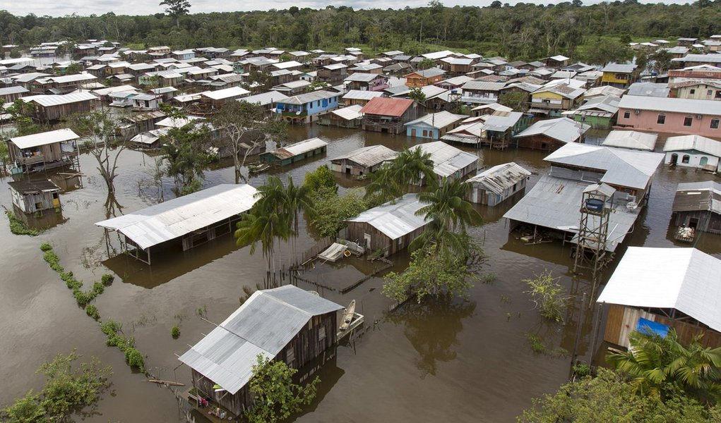 View of a flooded area by the rising Rio Solimoes, one of the two main branches of the Amazon River, in Anama, Amazonas state, Brazil May 28, 2015. According to the state Civil Defense, more than 237,615 people were affected in the State with strong rains