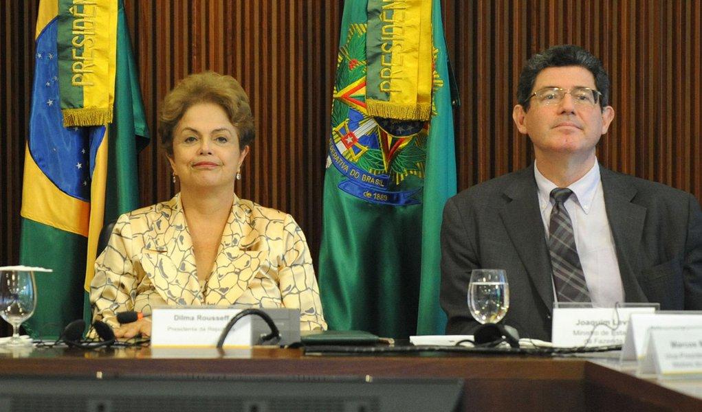 Presidenta Dilma Rousseff e os ministros Aloizio Mercadante (Casa Civil) e Joaquim Levy (Fazenda), recebem o presidente da Anfavea, Luiz Moan Yabiku Junio, e dirigentes das empresas associadas (Jos� Cruz/Ag�ncia Brasil)