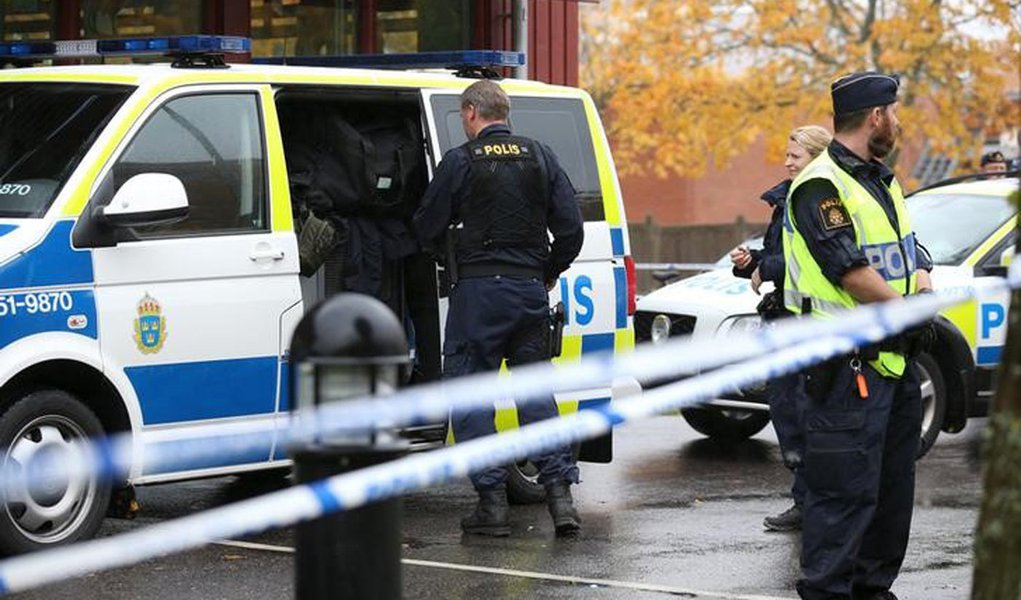 Policiais cercam escola onde homem marcarado atacou, em Trollhattan. 22/10/2015. REUTERS/Bjorn Larsson Rosvall/TT News Agency