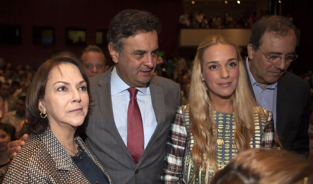 Aécio Neves durante abertura do Seminário Internacional sobre a América Latina, em Lima, no Peru. Com Mitzy Capriles Ledezma e Lílian Tintori de Lopez, esposas dos oposicionistas presos na Venezuela.