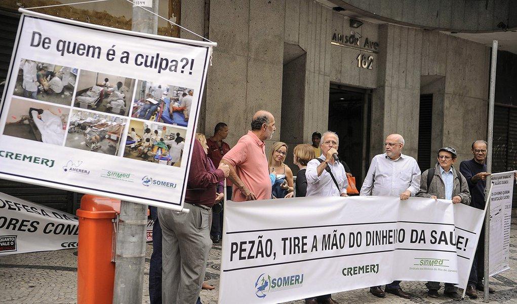 O Conselho Regional de Medicina do Estado do Rio de Janeiro (Cremerj), realiza em frente à Secretaria Estadual de Saúde ato público para denunciar a situação crítica da saúde pública no estado (Tânia Rêgo/Agência Brasil)