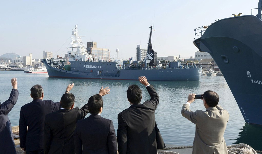 Frota baleeira japonesa vista no porto da cidade de Shimonoseki. 01/12/2015 REUTERS/Kyodo