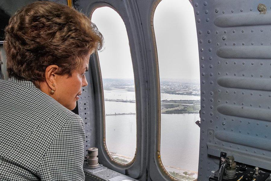 Canoas - RS, 24/10/2015. Presidenta Dilma Rousseff durante sobrevoo às regiões afetadas pelas chuvas no Rio Grande do Sul. Foto: Roberto Stuckert Filho/PR