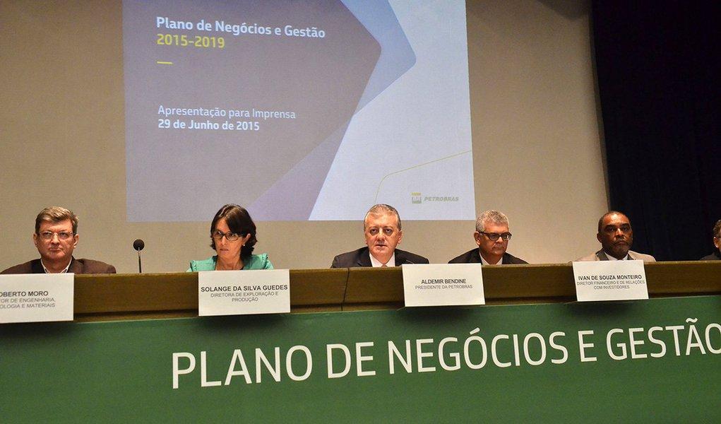 O presidente da Petrobras, Aldemir Bendine e diretores da empresa apresentam o Plano de Negócios e Gestão para 2015 a 2019 (Fernando Frazão/Agência Brasil)
