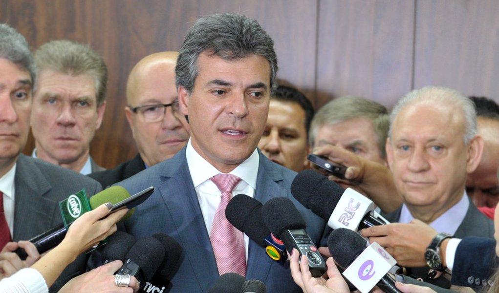 Curitiba- PR- Brasil- 30/09/2015- Governador Beto Richa entrega orçamento do Estado para exercício 2016 para o presidente da Alep, deputado Traiano. Foto: Dálie Felberg/ Alep