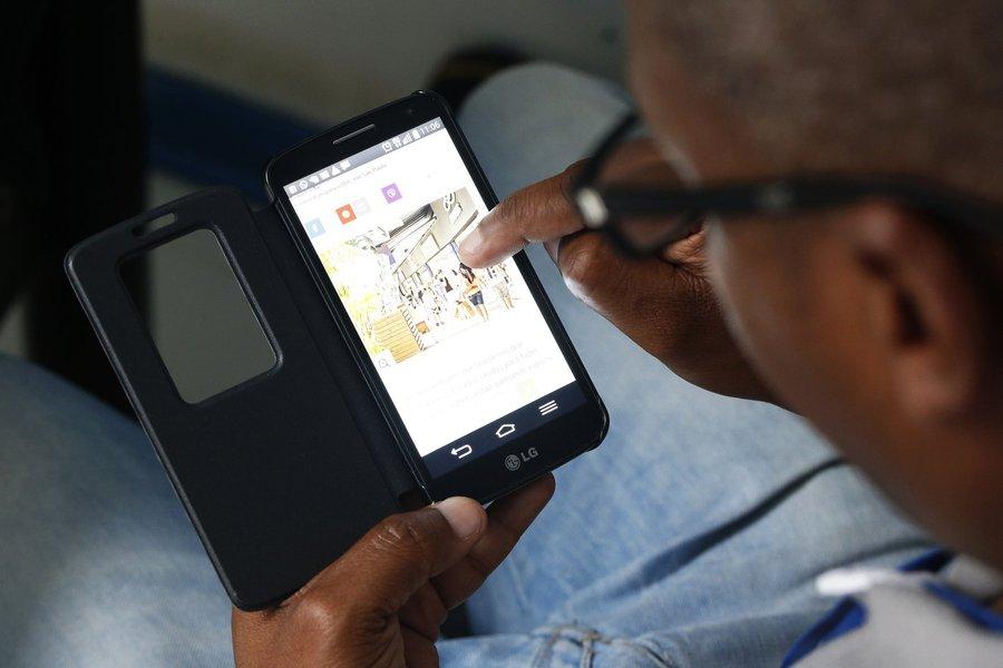 Usuário lendo noticias no celular.