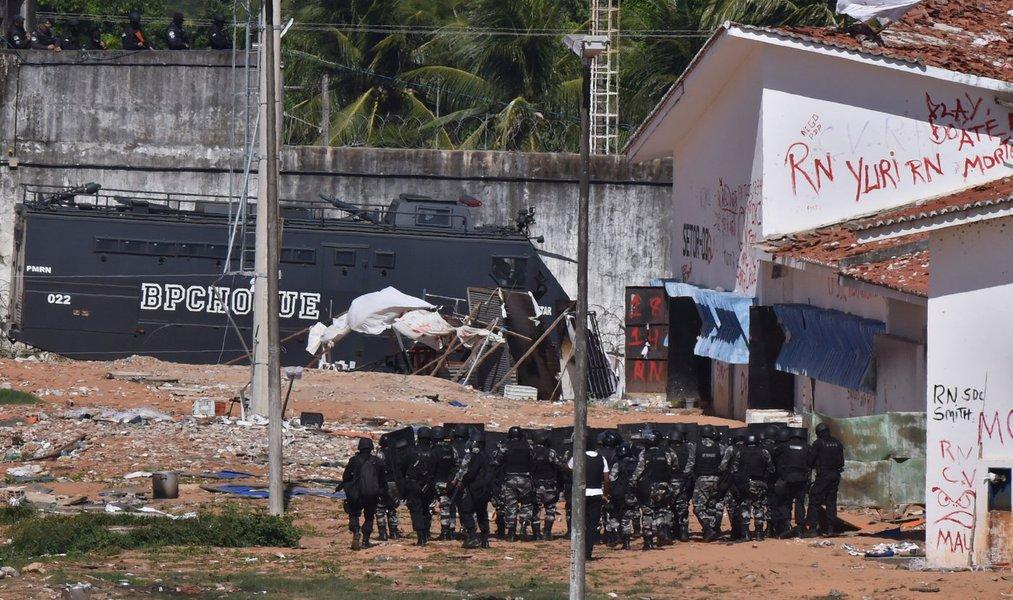 Tropa de choque entra em presídio de Alcaçuz em Natal. 18/1/2017. REUTERS/Josemar Gonçalves