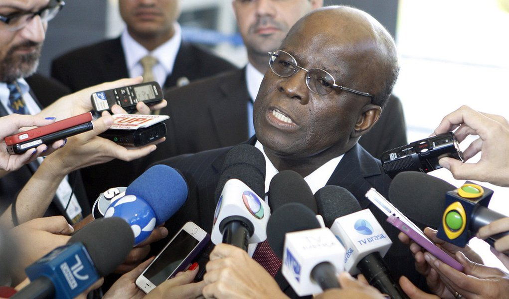 Ministro Joaquim Barbosa tira fotos com jornalistas após sessão extraordinária do STF. Foto:Nelson Jr./SCO/STF (01/07/2014)