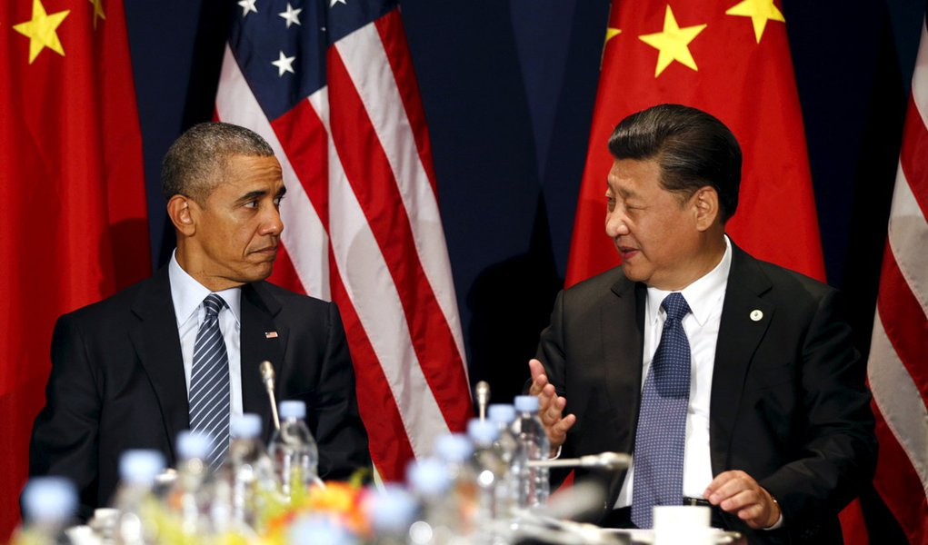 Presidente dos Estados Unidos, Barack Obama, e presidente chinês, Xi Jinping, durante encontro em Paris. 30/11/2015 REUTERS/Kevin Lamarque