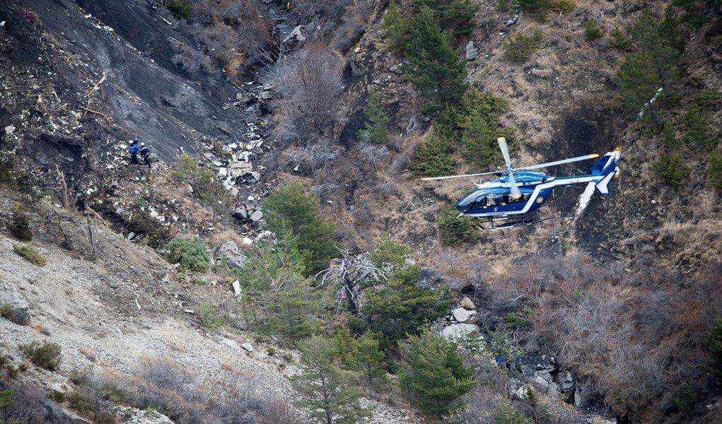 Ao mesmo tempo que as equipas de resgate retomaram esta manhã as operações de busca dos destroços do avião da Germanwings, que se despenhou terça-feira nos Alpes franceses, o ministro do Interior, Bernard Cazeneuve, confirmou que, apesar de danificada, é