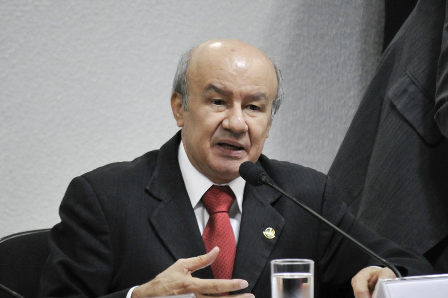 Senador José Pimentel (PT-CE), relator da Comissão Parlamentar de Inquérito (CPI) da Petrobras, durante reunião para ouvir o ex-diretor Internacional da empresa, Jorge Zelada