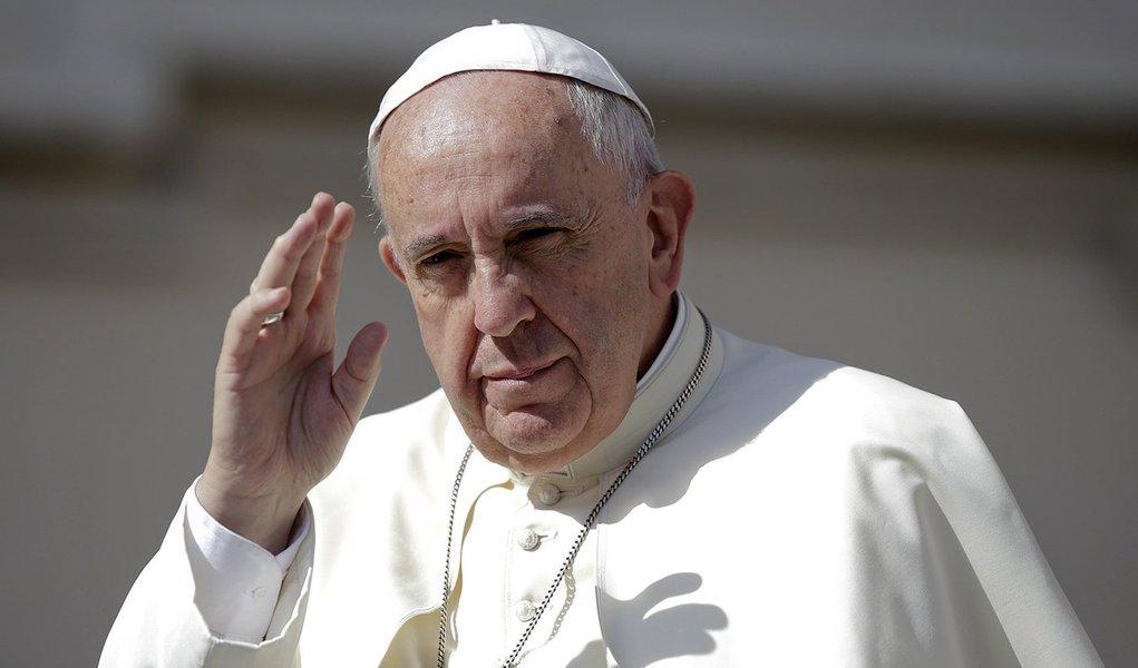 Papa Francisco acena em audiência no Vaticano. 17/6/2015. REUTERS/Max Rossi
