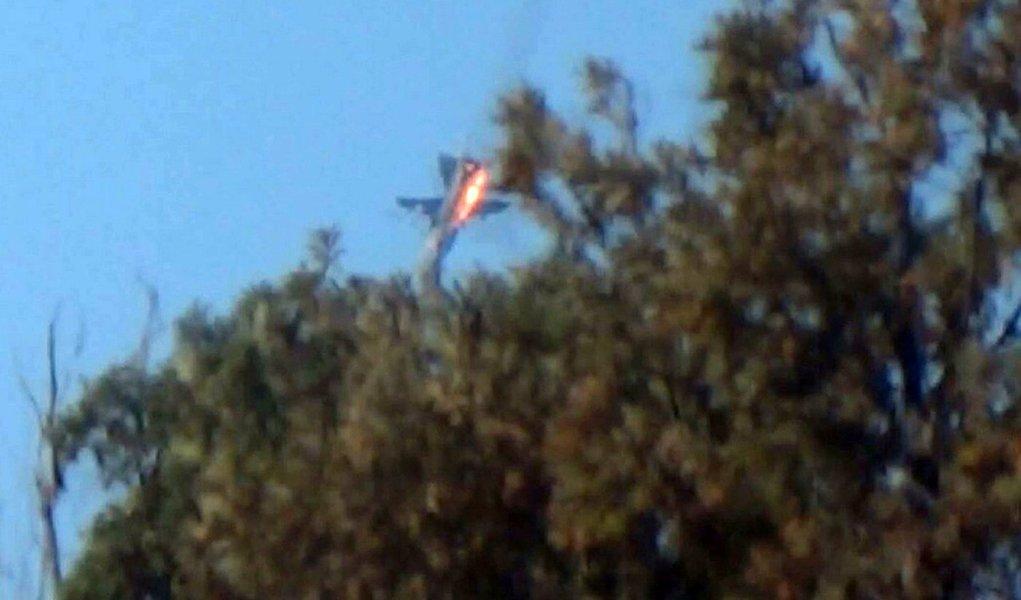 Caça cai em chamas em região montanhosa no norte da Síria após ser abatido por caças turcos perto da fronteira entre Turquia e Síria. 24/11/2015 REUTERS/Sadettin Molla
