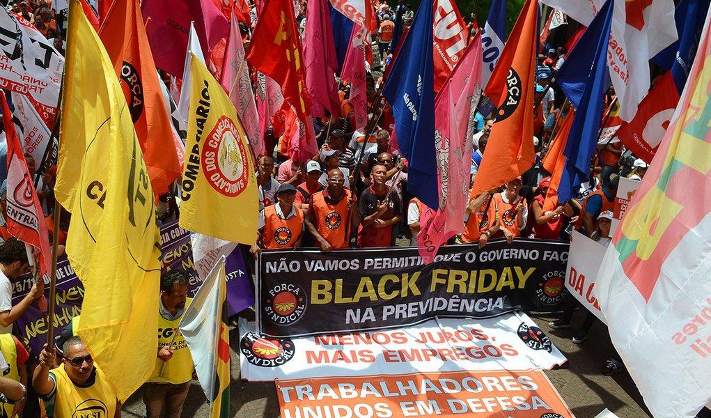 """São Paulo - Ato do """"Dia Nacional de Lutas, Mobilizações e Paralisações"""", organizado pelas centrais sindicais Força, CUT, CTB, UGT, CGTB, Conlutas, Nova Central e Intersindical, em frente à Superintendência do INSS."""