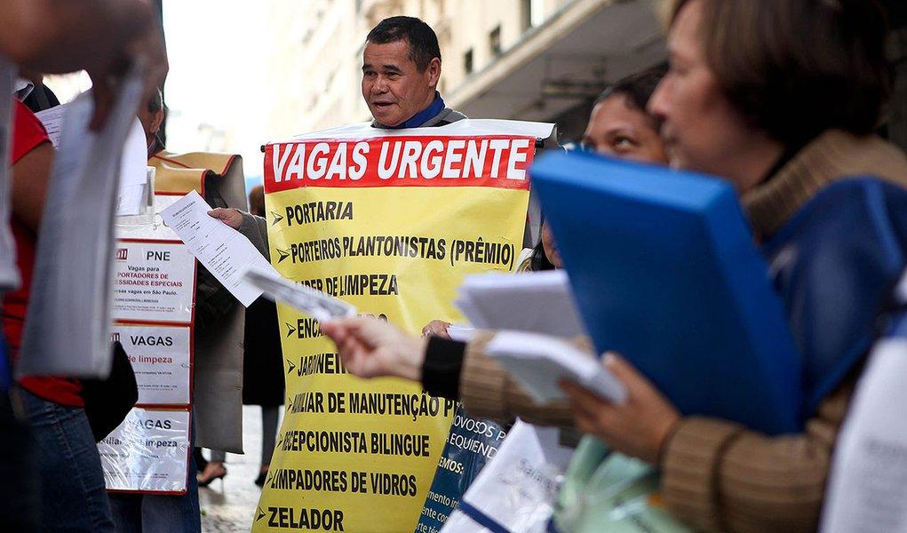 TRABALHO4531   SAO PAULO - SP  26-07-2011   DEFICIT NO EMPREGO FORMAL  /  ECONOMIA  OE  -  Homens placa na R. Barao de Itapetininga com anuncios de emprego recebem curriculos de pessoas a procura de trabalho  -  FOTO DANIEL TEIXEIRA/AE