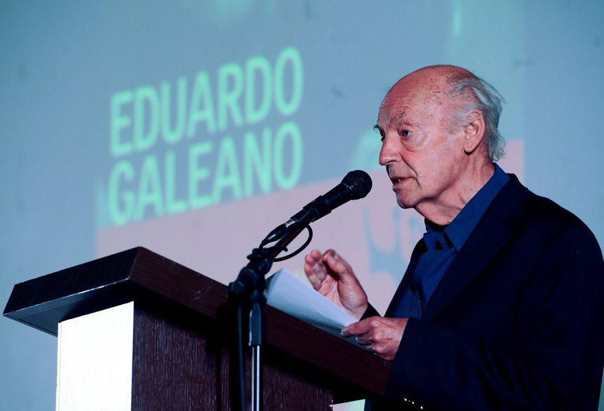 """13/04/2014- Uruguai- O escritor uruguaio Eduardo Galeano morreu aos 74 anos em Montevidéu, nesta segunda-feira (13), segundo o site do jornal """"El País"""". Galeano estava internado em um hospital na capital uruguaia desde sexta-feira (10) devido a complicaçõ"""