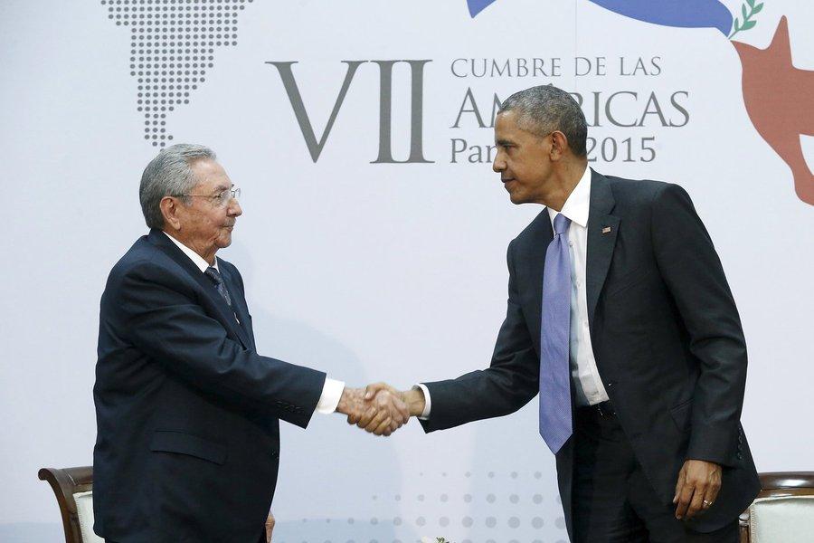 O presidente de Cuba, Raúl Castro (esquerda), e o presidente norte-americano, Barack Obama, se cumprimentam durante a Cúpula das Américas, na Cidade do Panamá, em abril. 11/04/2015 REUTERS/Jonathan Ernst