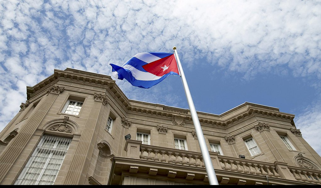 Bandeira de Cuba hasteada na embaixada cubana em Washington. 20/07/2015 REUTERS/Andrew Harnik/Pool