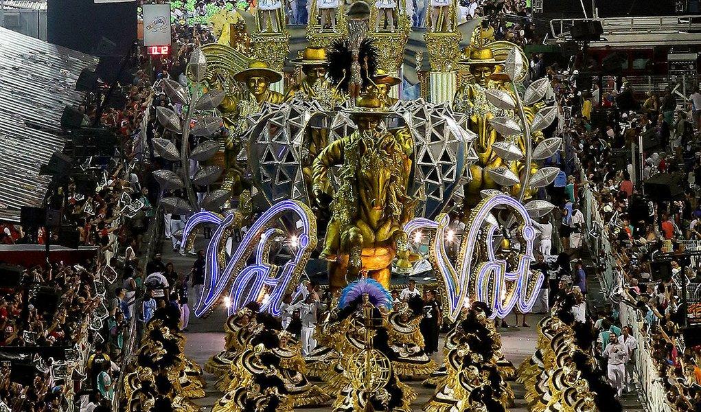 São Paulo 15/02/2015 - Carnaval 2015 - Segundo dia dos desfiles das escolas de samba do Grupo Especial de São Paulo, realizado no Sambódromo do Anhembi. Na foto desfile da Escola de Samba Vai-Vai. Foto: Robson Fernandjes/ LIGASP/Fotos Públicas