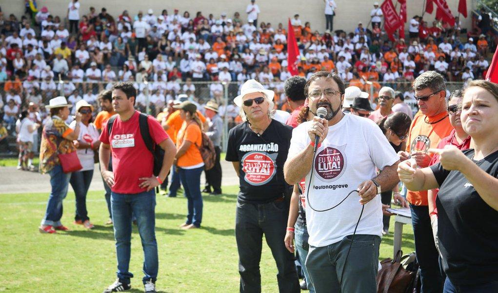 Curitiba- PR- Brasil- 04/03/2015- Os professores e funcionários da rede estadual de ensino do Paraná decidiram manter a greve da categoria, que completa 24 dias nesta quarta-feira (4). Os servidores se reúnem no Estádio da Vila Capanema, em Curitiba e ini