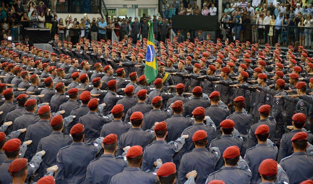 O governador Alberto Pinto Coelho participou, nesta quinta-feira (30/10), no Chevrolet Hall, em Belo Horizonte, da cerimônia de formatura de 1.010 soldados do Corpo de Bombeiros Militar de Minas Gerais. O governador foi o paraninfo dos formandos. O ingres
