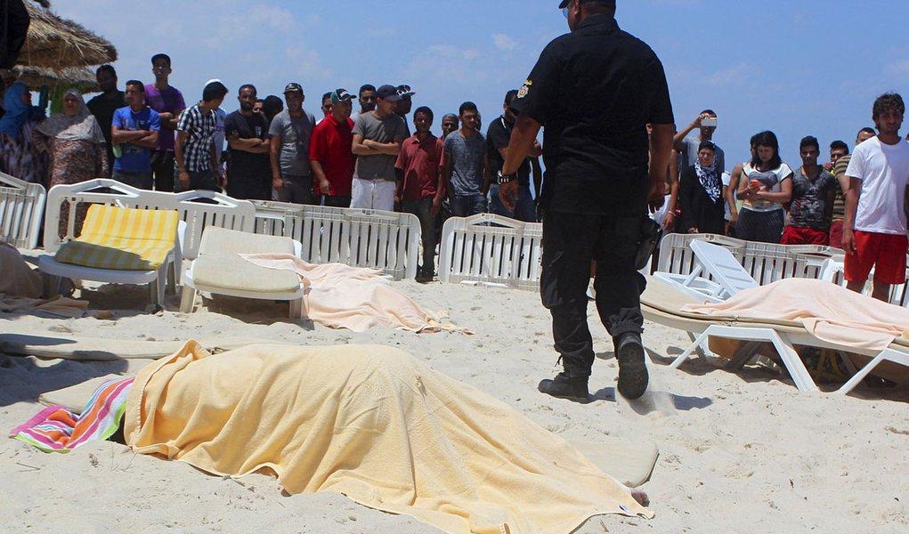 Corpo de turista morto por homem armado perto de hotel em Sousse, na Tunísia. 26/06/2015 REUTERS/Amine Ben Aziza