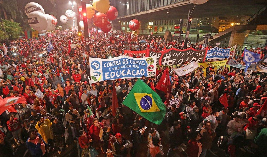 20/08/2015- São Paulo- SP, Brasil- Manifestação contra o impeachment de Dilma, na avenida Paulisa, em São Paulo. Foto Paulo Pinto/Agencia PT