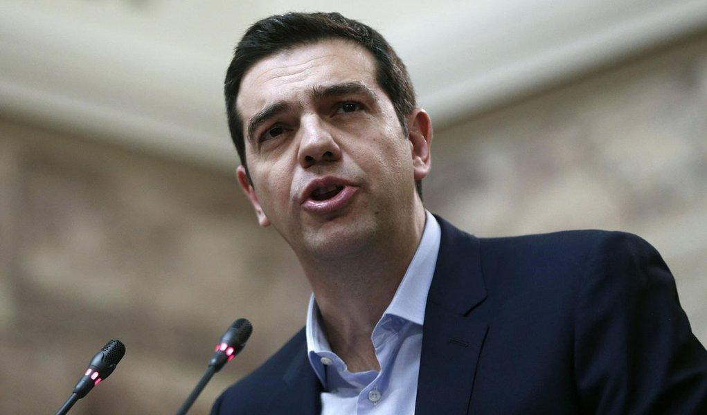 O primeiro-ministro grego, Alexis Tsipras, fala para parlamentares de seu partido, no Parlamento. 17/02/2015 REUTERS/Alkis Konstantinidis