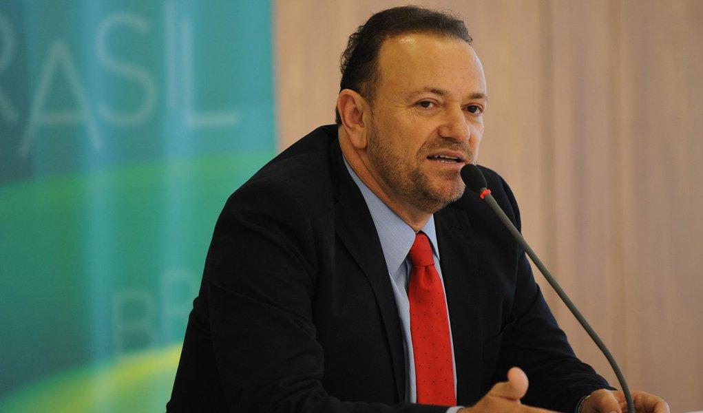 O novo ministro-chefe da Secretaria de Comunicação Social da Presidência da República, Edinho Silva, durante coletiva após cerimônia de posse, no Palácio do Planalto (José Cruz/Agência Brasil)
