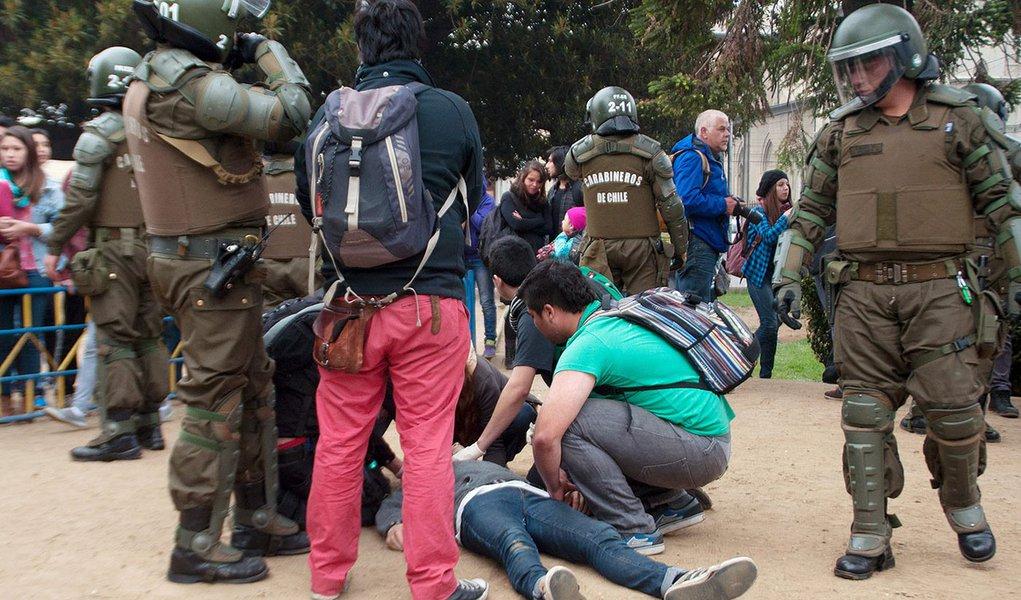 Estudantes socorrem colega baleado em manifestação em Valparaíso, no Chile. O estudante morreu a caminho do hospital. 14/05/2015 REUTERS/Pablo Vanni