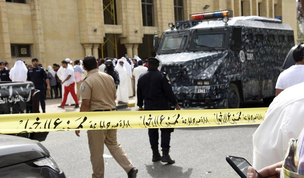 Polícia cerca área após explosão a uma mesquita na região de Al Sawaber, no Kuweit. 26/06/2015 REUTERS/Jassim Mohammed