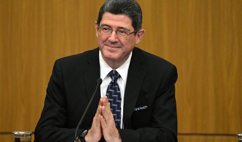 Brasília- DF- Brasil- 05/01/2015- O novo ministro da Fazenda, Joaquim Levy, recebe o cargo do ministro interino da Fazenda, Paulo Caffarelli, em cerimônia no auditório do Banco Central (Wilson Dias/Agência Brasil)