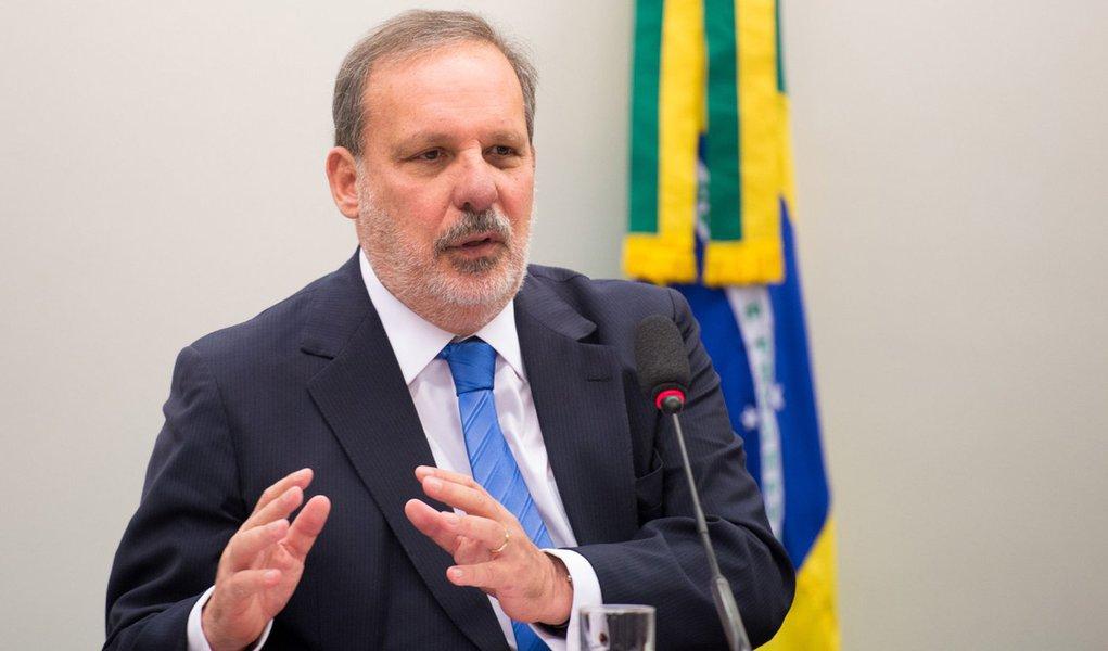 O ministro Armando Monteiro Neto participa de  audiência pública conjunta das comissões de Desenvolvimento Econômico, Indústria e Comércio; e de Relações Exteriores e Defesa Nacional (Marcelo Camargo/Agência Brasil)