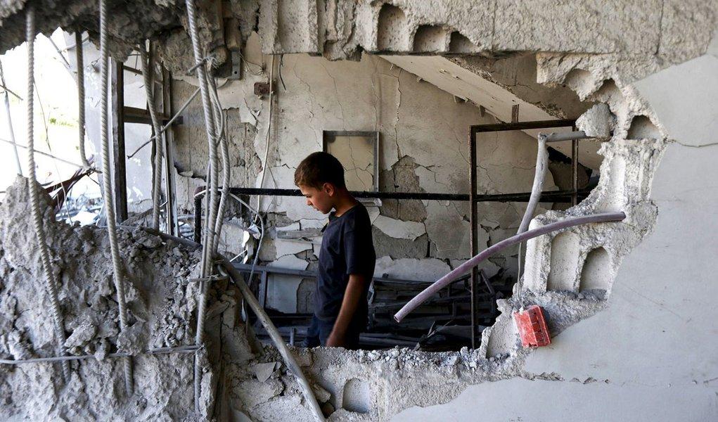 Criança dentro de casa destruída em Damasco. 21/07/2015 REUTERS/Bassam Khabieh