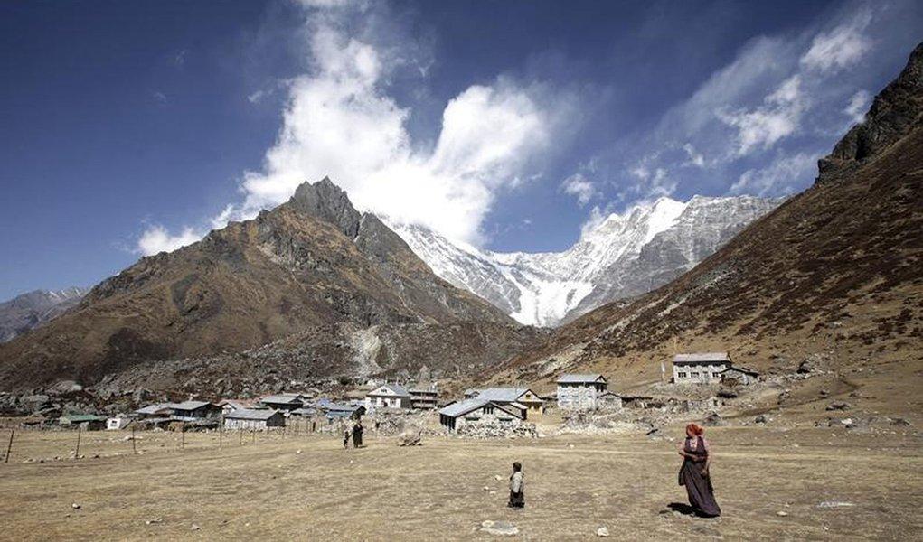 Foto de arquivo do monte Langtang Lirung, no Nepal. 24/02/2009 REUTERS/Gopal Chitrakar
