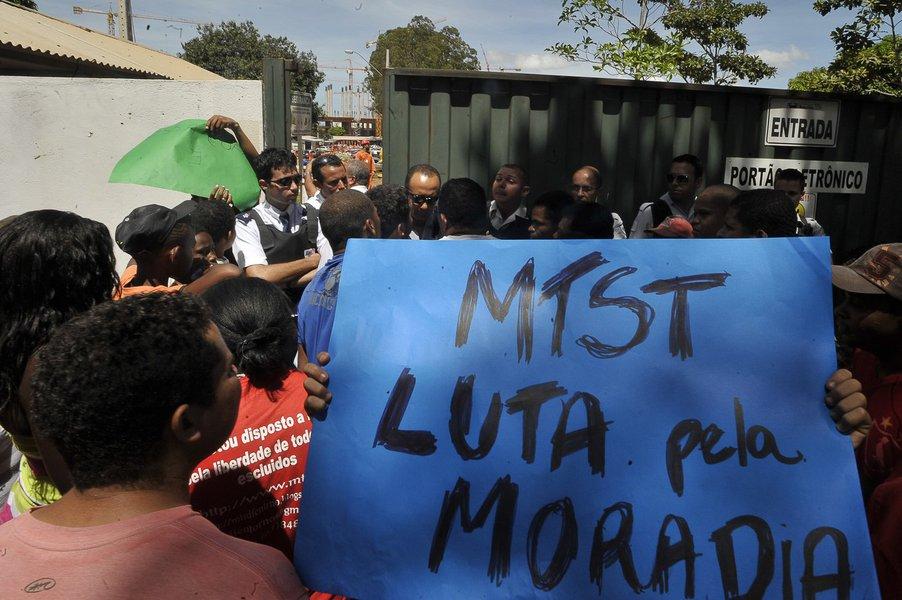Bras�lia - Integrantes do Movimento dos Trabalhadores Sem Teto (MTST), fazem manifesta��o em frente na port�ria do canteiro de obras do Est�dio Nacional de Bras�lia Man� Garrincha