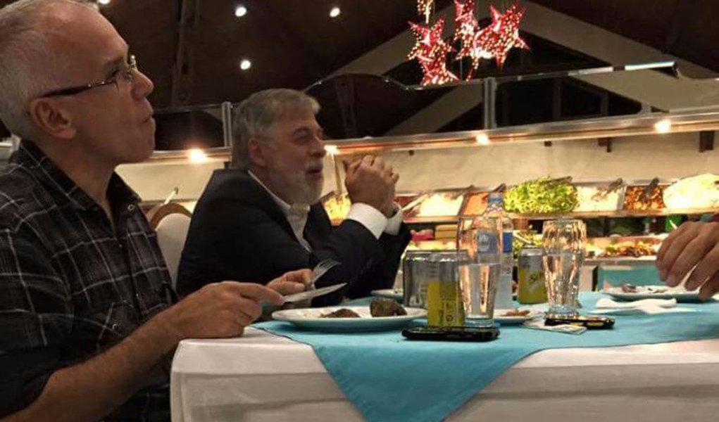 ---------- EXCLUSIVO EMBARGADO -------- PRC CURITIBA PR 28/04/2015 POLITICA  - OPERAÇÃO LAVA JATO/PETROBRAS - O ex-diretor de abastecimento da Petrobras, delator da  Operação Lava Jato, Paulo Roberto Costa foi fotografado jantando em uma churrascaria de C