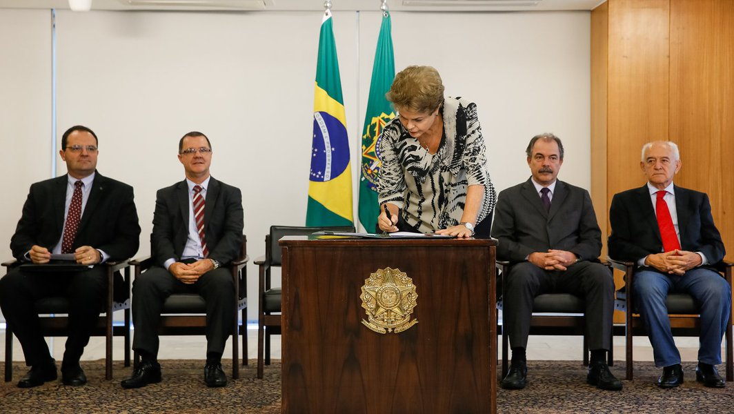 Brasília - DF, 24/03/2015. Presidenta Dilma Rousseff durante assinatura da Medida Provisória da Política do Salário Mínimo. Foto: Roberto Stuckert Filho/PR.