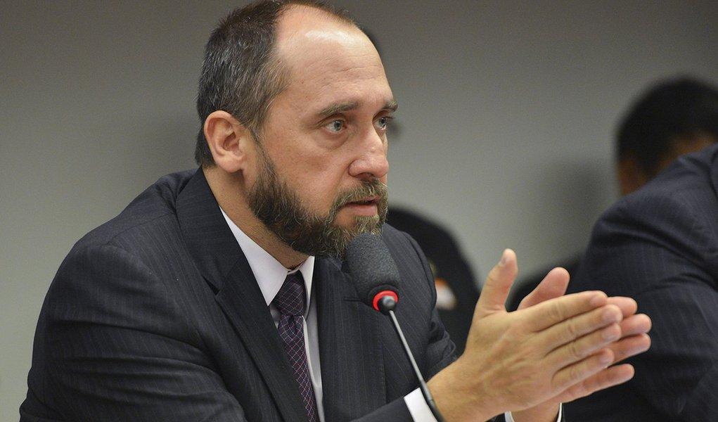 O advogado-geral da União, Luiz Inácio Adams presta depoimento na Comissão Parlamentar de Inquérito da Petrobras (José Cruz/Agência Brasil)