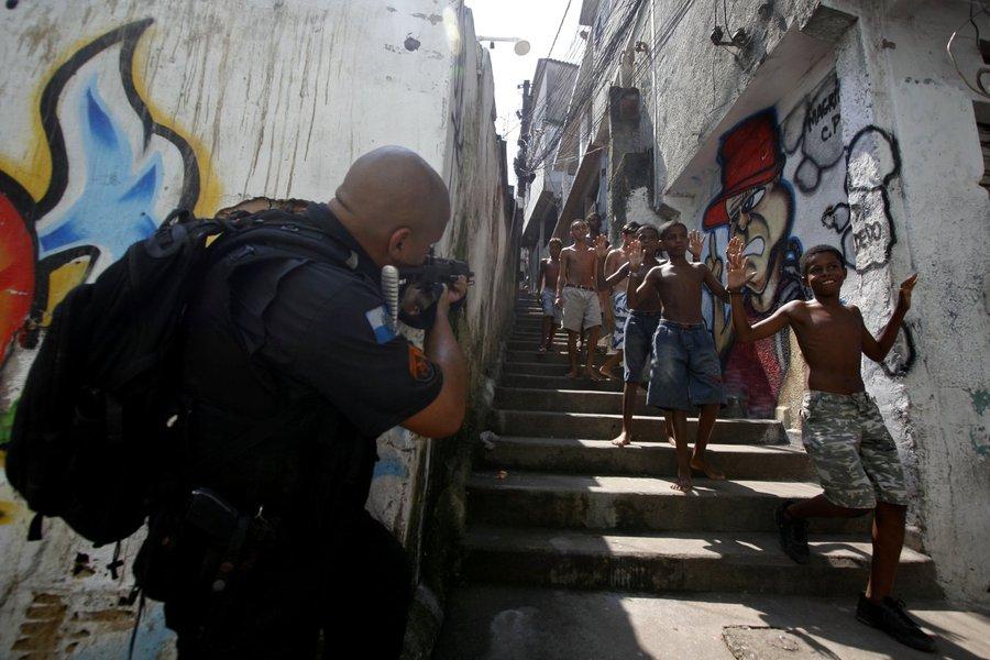 Policiais Militares(BOPE,Choque,Canil, 16� e 3�BPM) relizaram uma opera��o de combate ao tr�fico de drogas na favela do Jacarezinho e prenderam Paulo Sergio Fernandes(cabelo vermelho) e Jorge Henrique, al�m de farta quantidade de armas e drogas.